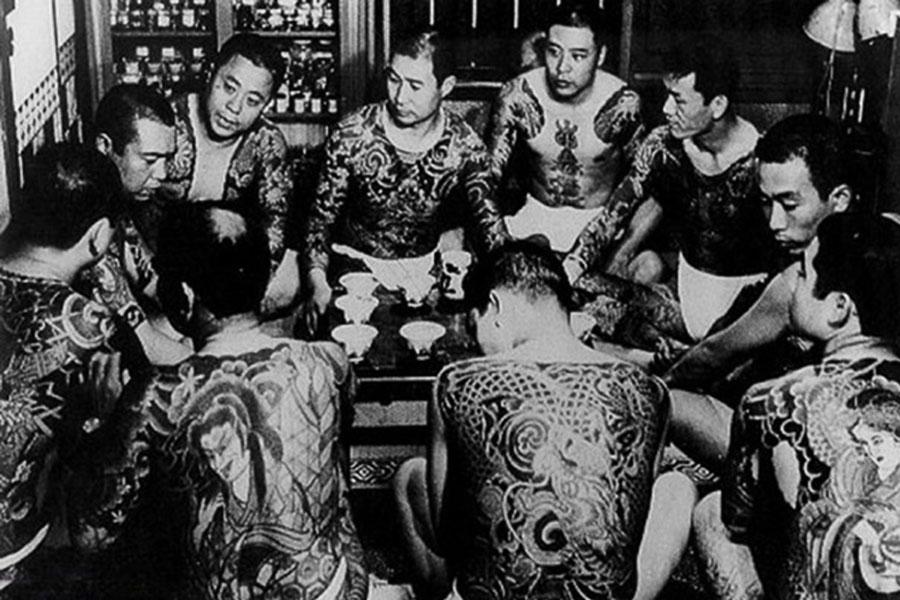 Antigua fotografía donde aparecen varios miembros de la mafia Japonesa